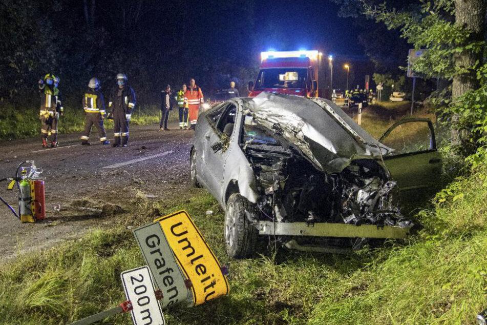 Zu schnell und betrunken: Junger Fahrer kracht mit Mercedes gegen Baum