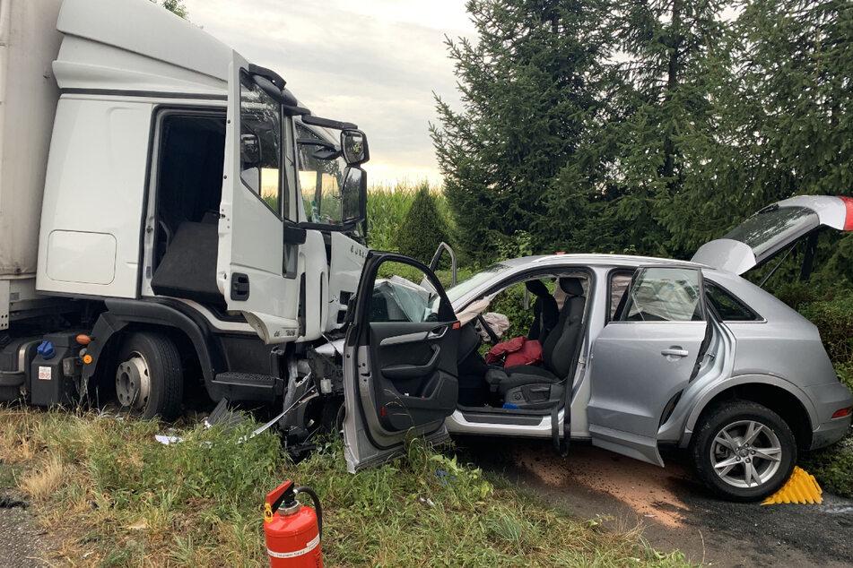 Laster gerät in Gegenverkehr: Drei Menschen schwer verletzt!