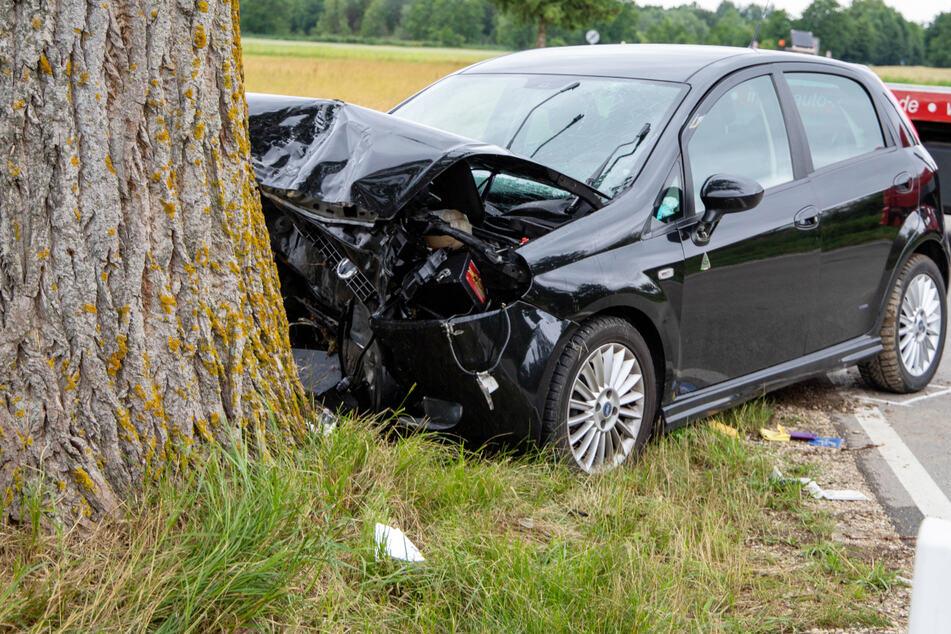 Die Einsatzkräfte von Feuerwehr und Rettungsdienst konnten den Mann in Bayern zwar aus dem Wrack holen, er verstarb jedoch noch am Unfallort.