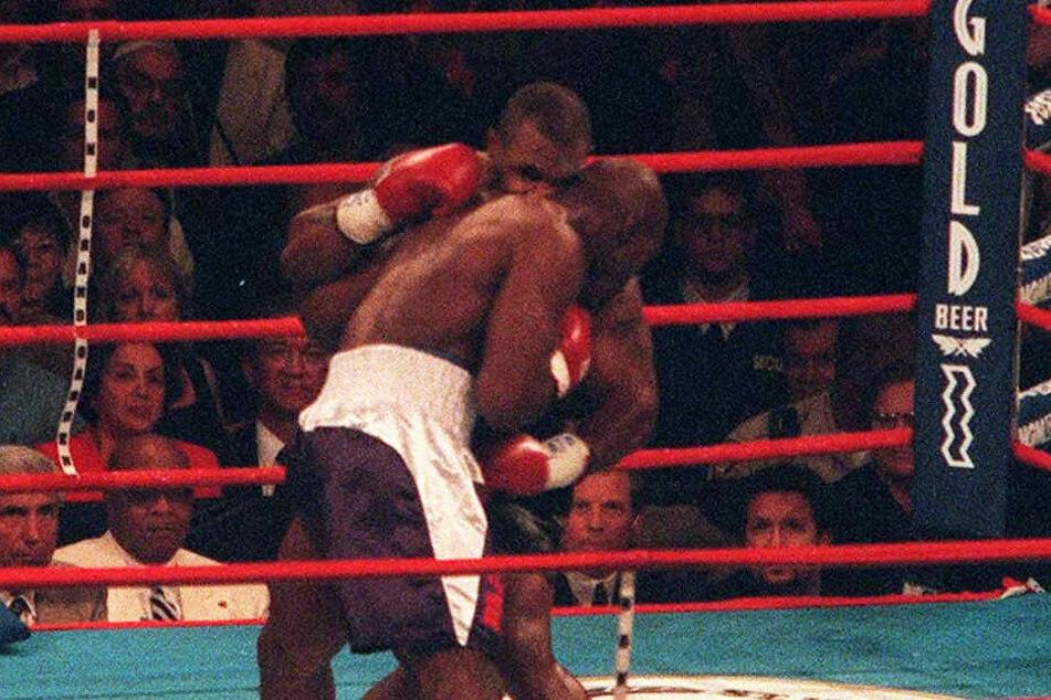 Hier beißt Mike Tyson während des Kampfes gegen Evander Holyfield dem Gegner ein Teil des Ohres ab.