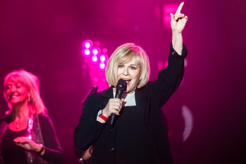Mary Roos singt bei einem ihrer Auftritte auf der Bühne.