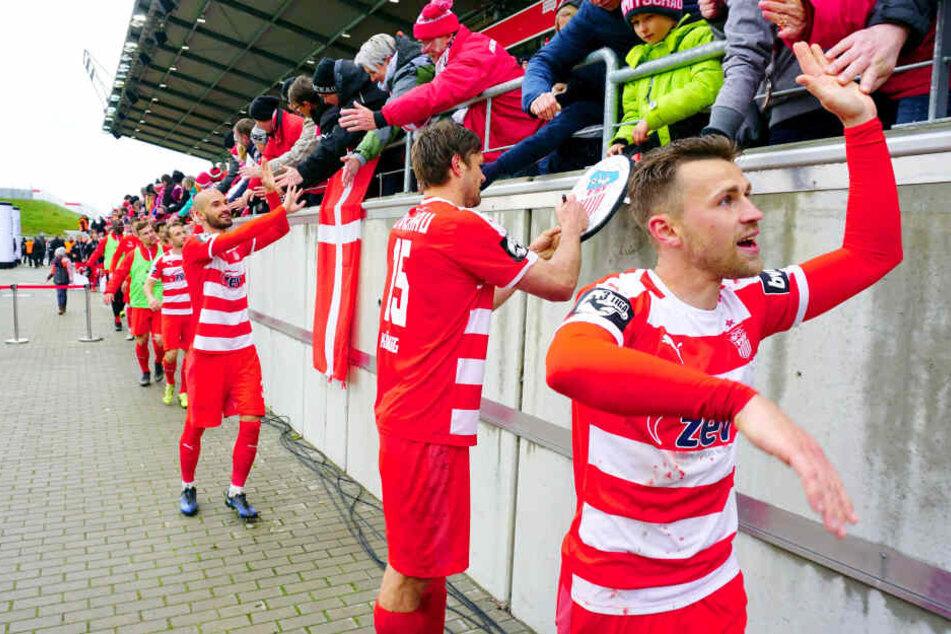 Mission erfüllt! Nach dem 5:2 gegen 1860 München klatscht Nils Miatke (vorn) mit den Fans auf den Klassenerhalt ab. Ronny König (M.) gibt derweil Autogramme.