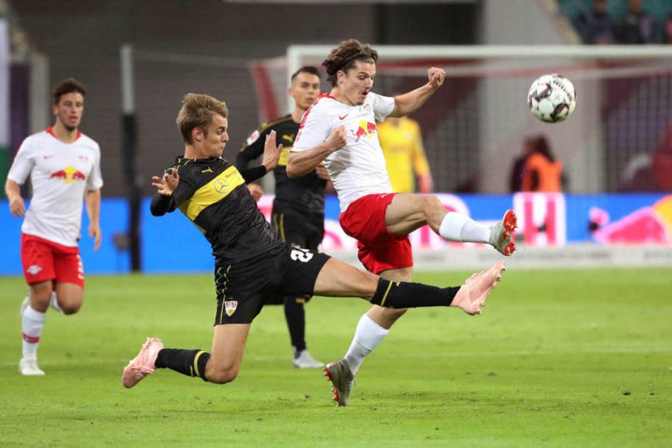 Der VfB Stuttgart (hier Borna Sosa gegen Leipzigs Marcel Sabitzer) hatte Probleme, die schnellen Bullen in Zaum zu halten.