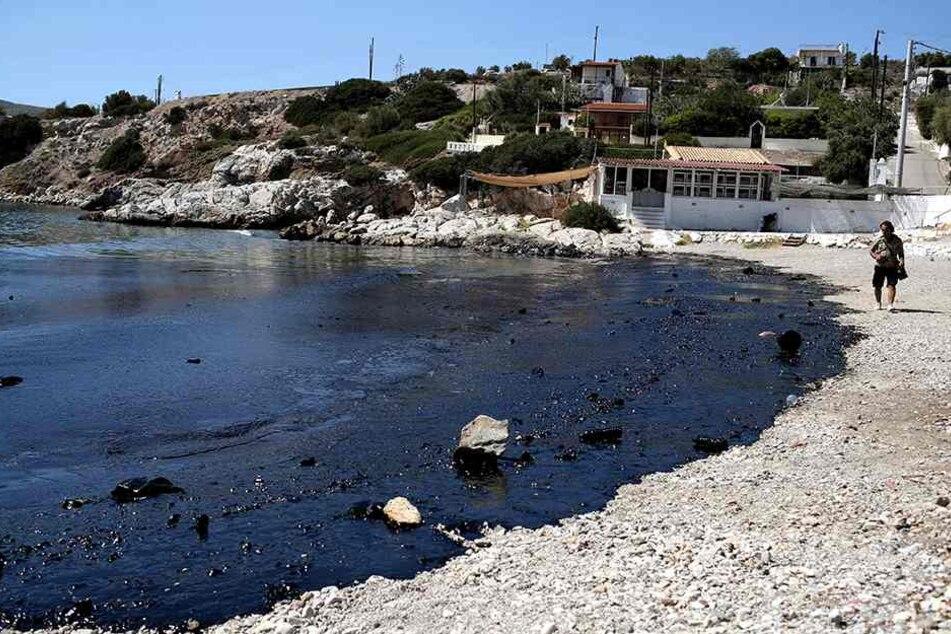 Ein schmieriger Ölteppich breitet sich entlang des Strandes und im Meer aus.