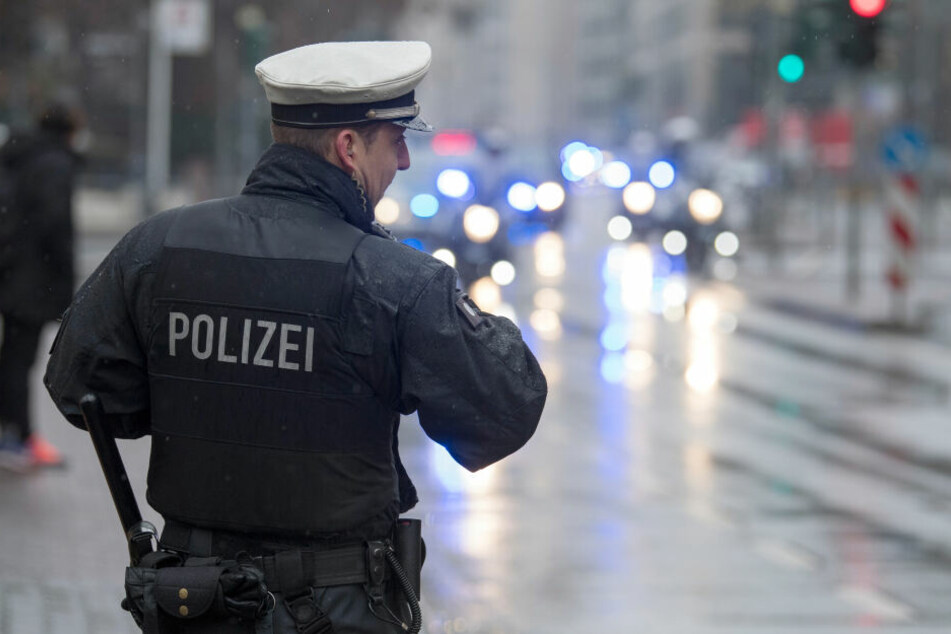 Gleich mehrere Streifen der Polizei mussten anrücken, um die aufgebrachte Menge in Zaum zu halten (Symbolbild).