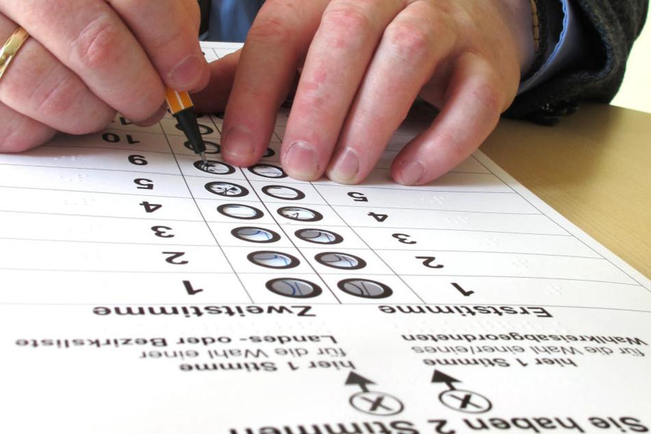 Bei der Bundestagswahl werden die Stimmen analog mit Stift und Papier abgegeben. Doch bei der Übermittlung der Ergebnisse an die Wahlleiter kommen Computer zum Einsatz.
