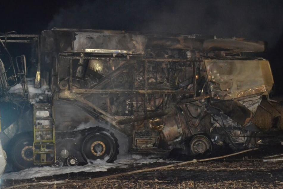Immenser Schaden: Mähdrescher fängt Feuer und setzt Feld in Brand