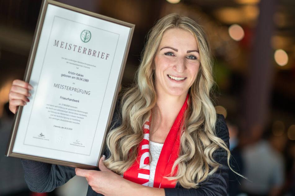 Spaß auf dem Weg zum Titel: Frisieurmeisterin Kristin Kakies (30) mit ihrer Meisterurkunde.