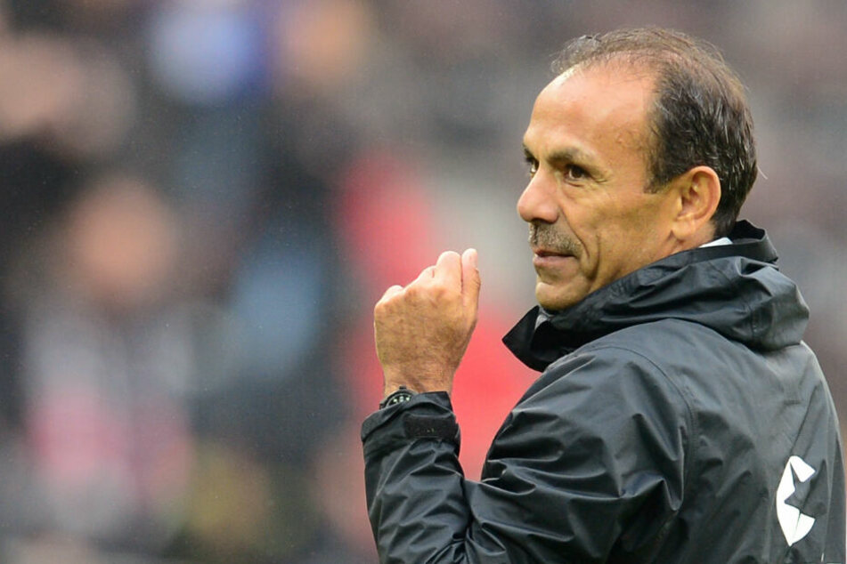 St. Pauli-Trainer Jos Luhukay trifft auf einen starken Gegner.