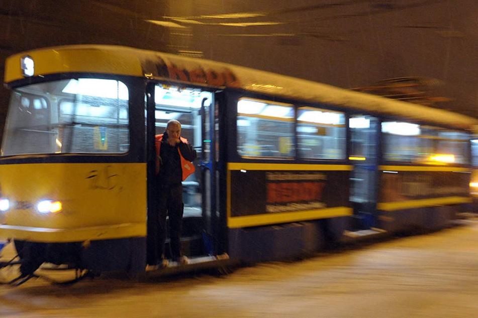 Noch immer sind in Leipzig über 100 Tatra-Straßenbahnen unterwegs. Bei Eis und Schnee funktionieren sie aber nicht besser als moderne Trams. (Archivbild)