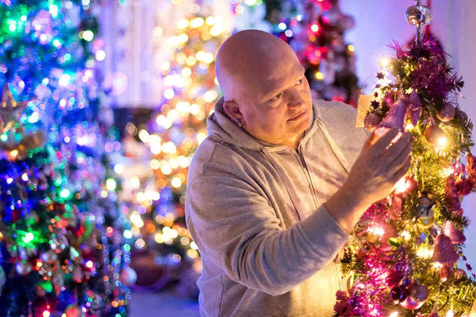 Thomas Jeromin (50) schmückt einen seiner 110 Weihnachtsbäume.