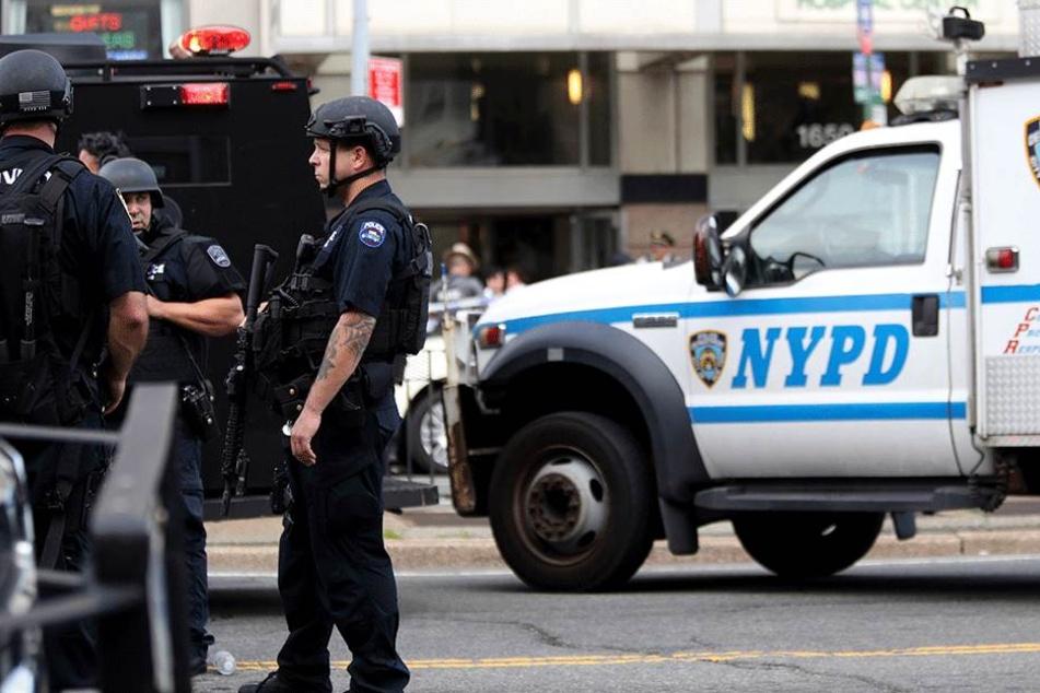 Polizeifahrzeuge und schwer bewaffnete Polizisten stehen am 30. Juni 2017 vor dem Bronx Lebanon Hospital in New York.