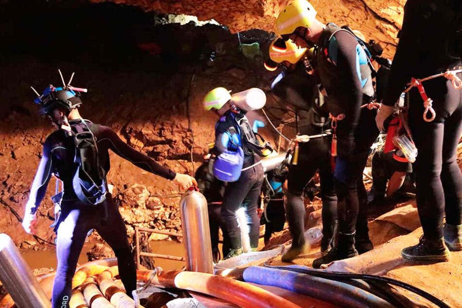 Mitglieder des thailändischen Rettungsteams betreten die Höhle, in der die zwölf Jungen und ihr Trainer noch immer gefangen sind.