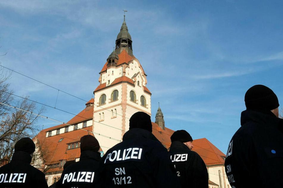 Polizisten stehen vor der Kongresshalle am Zoo - hier sollen die Staatsoberhäupter und Regenten der EU mit Chinas Führung tagen.