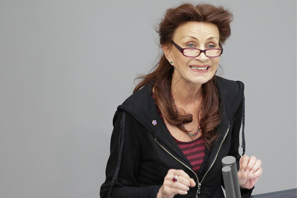 """Die innenpolitische Sprecherin der Linksfraktion, Ulla Jelpke (65), spricht von """"menschenverachtender Massenabschiebepraxis."""""""