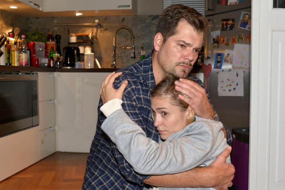 Leon (Daniel Fehlow) versucht seine Freundin Sophie (Lea Marlen Woitack) nach der Schock-Diagnose zu trösten.