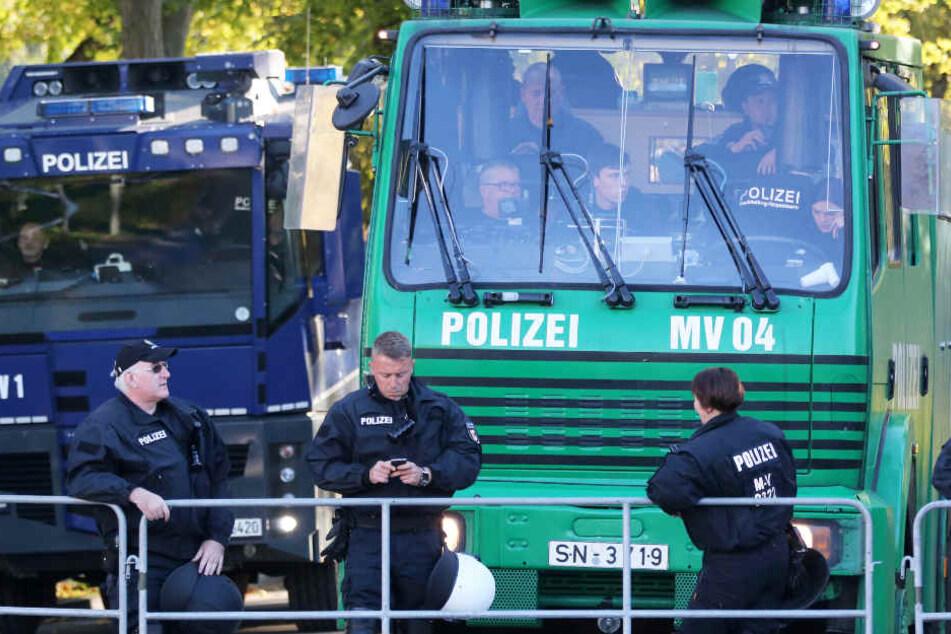 Die Polizei in Rostock bereitet sich auf einen ihrer größten Einsätze der vergangenen Jahre vor.