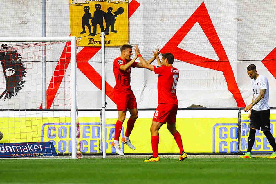 Ronny König (r.) und Elias Huth freuen sich über ein Treffer.