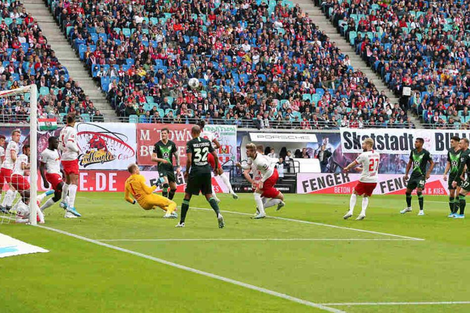 20. Minute: Péter Gulácsi konnte einen indirekten Freistoß aus zehn Metern halten, in seinem Tor standen auch acht Mitspieler zum Blocken bereit.