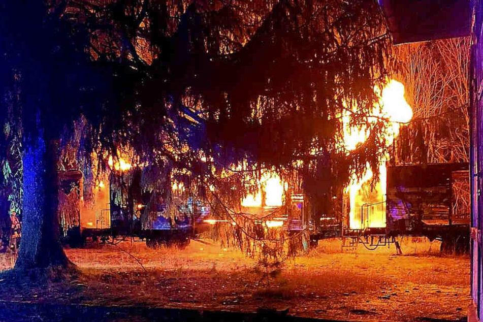 Zwei Güterwaggons sind in Flammen aufgegangen.