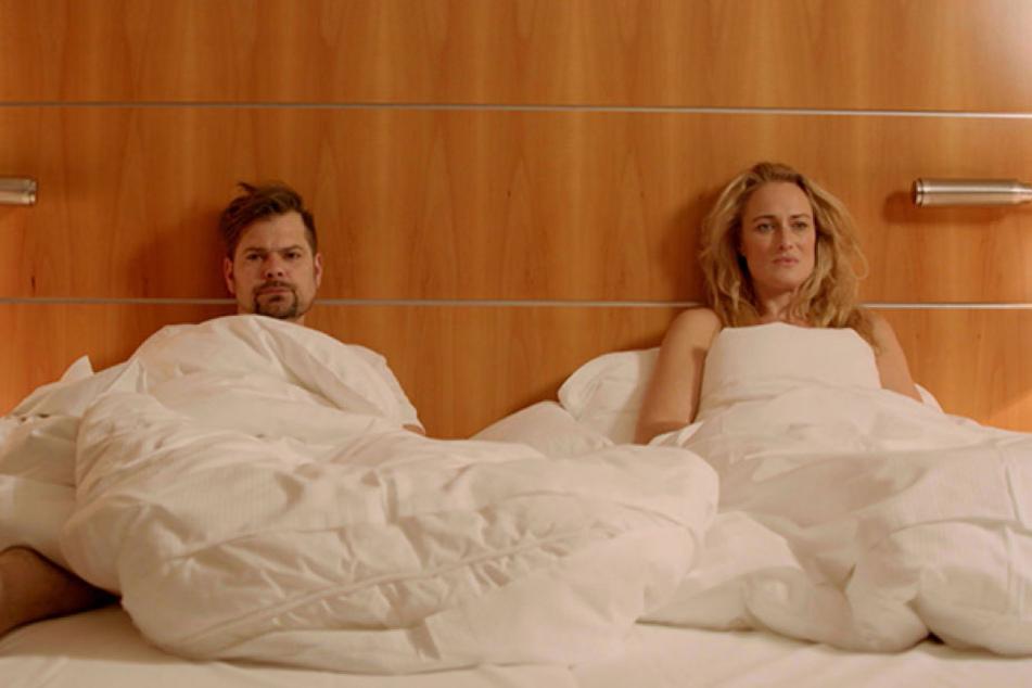Und landen am Ende sogar miteinander im Bett.