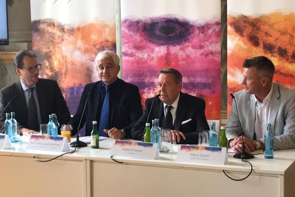 Roland Kaiser (2.v.r.) während der Pressekonferenz in Dresden. Er moderiert mit Sylvie Meis den 14. SemperOpernball!