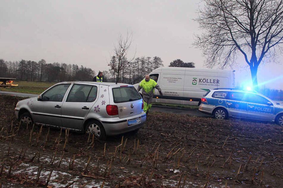 Bei dem Unfall kam der VW Polo auf dem angrenzenden Acker zum Stehen.