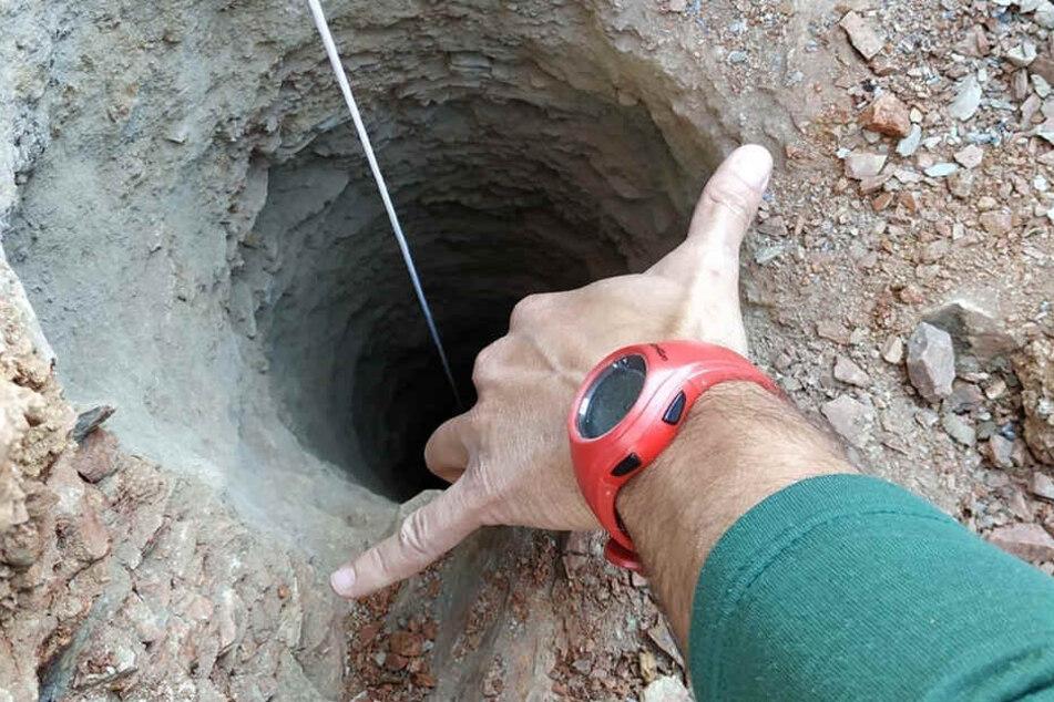 In dieses 25 Zentimeter schmale Loch stürzte Julien vermutlich 110 Meter tief.