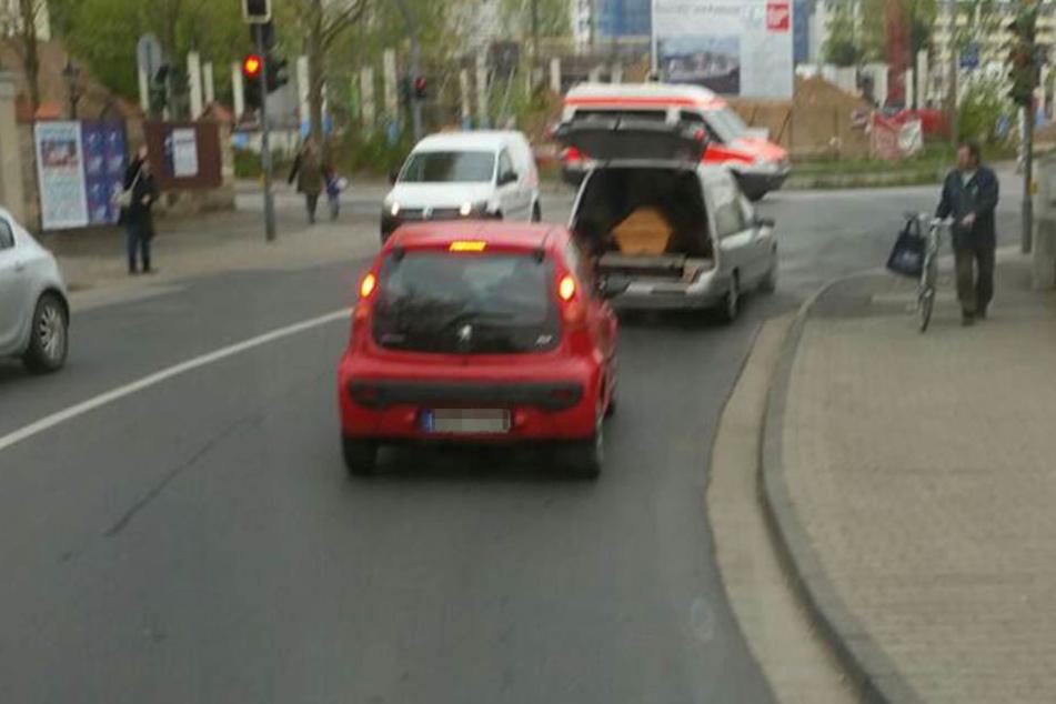 Der Leichenwagen war mit einem Sarg beladen.