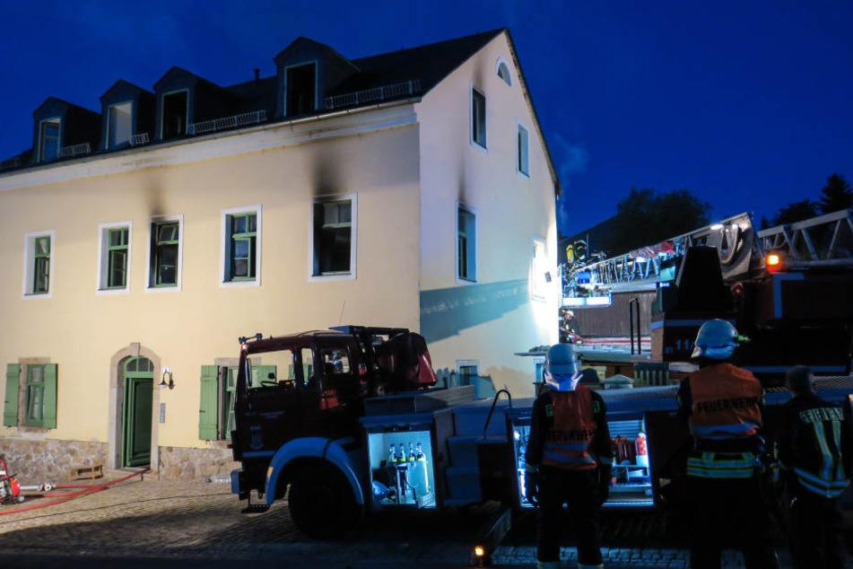 Bei dem Brand wurden zwei Bewohner schwer verletzt. Das Haus ist unbewohnbar.