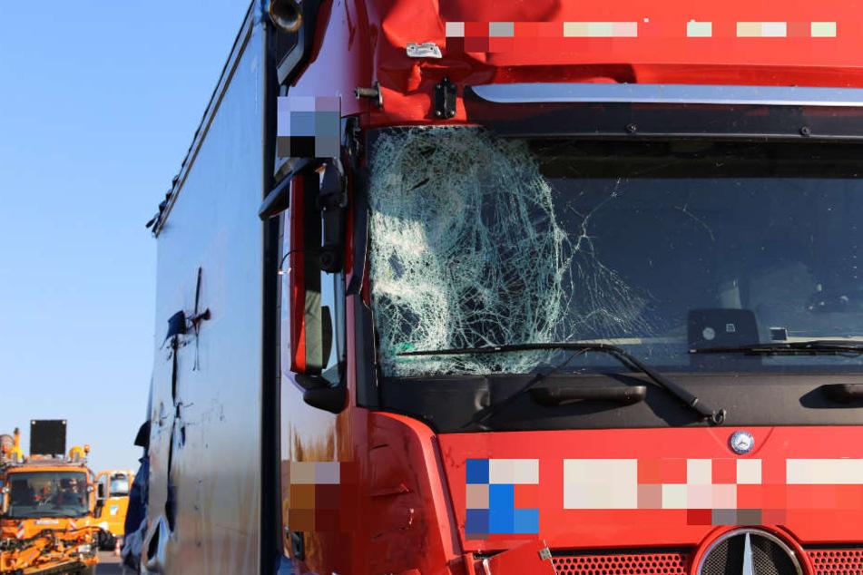 Zwei Menschen verletzt: Laster kracht auf A4 direkt in Absicherungsauto