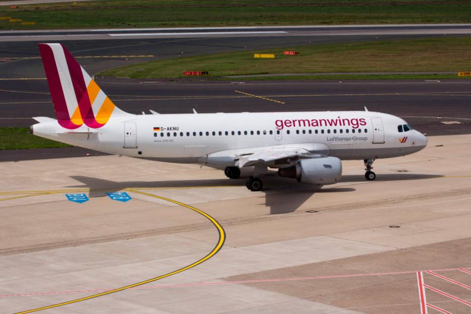 Wegen eines sonderbaren Geruchs an Bord ist am Sonntagabend ein Germanwings-Flugzeug aus Hamburg in Richtung Stockholm wieder umgekehrt (Archivbild).