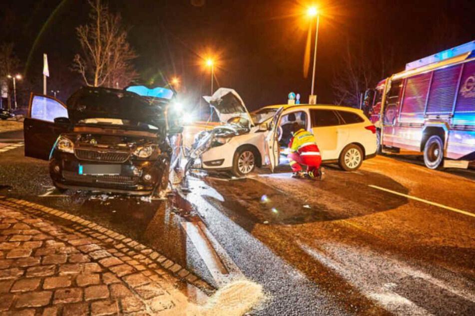 Die beiden verunfallten Autos. Beide Fahrerinnen mussten in ein Krankenhaus gebracht werden.