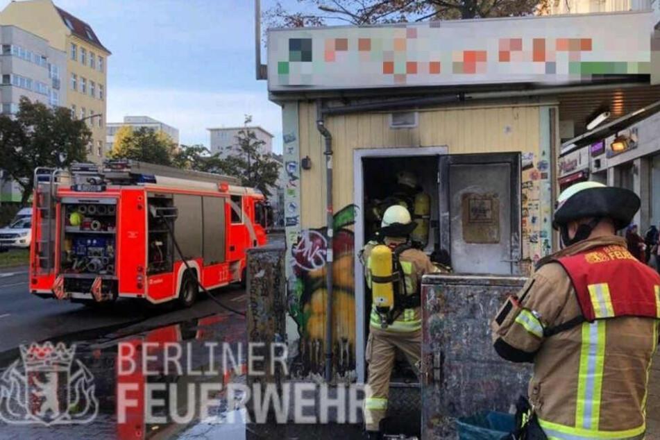 """Feuerwehr-Einsatz bei """"Mustafa's Gemüsedöner"""": Kult-Imbiss nach Brand schwer beschädigt"""