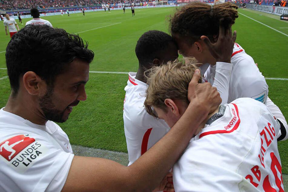 Matchwinner: Yussuf Poulsen (r.) wird für sein 1:0 beglückwünscht.