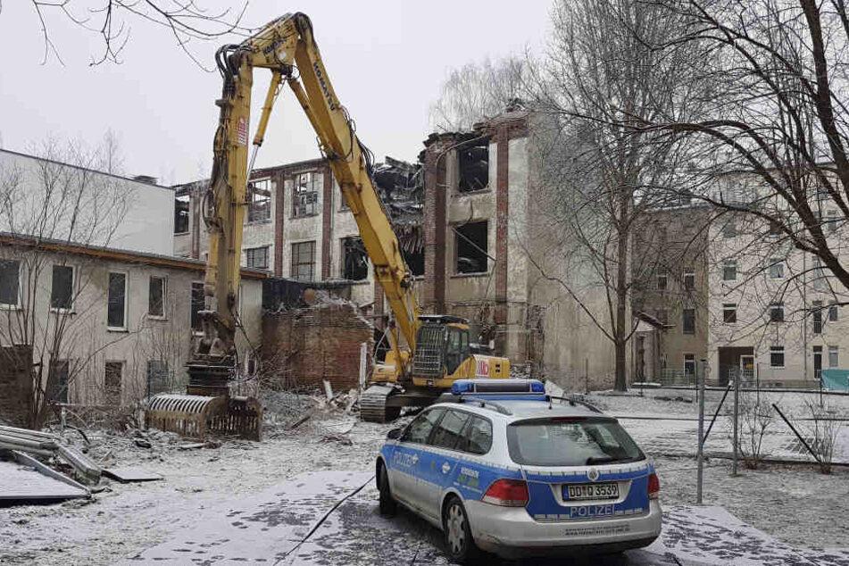Die alte Fabrikhalle muss abgerissen werden. Der Bagger steht schon bereit.