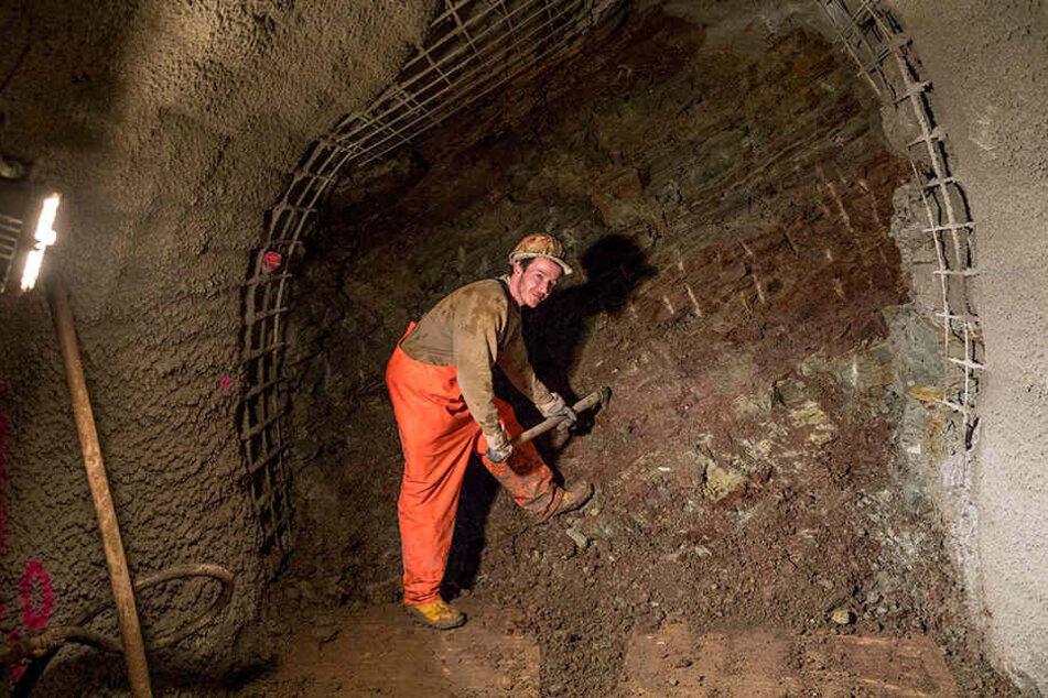 Unten im Stollen bereitet Bergarbeiter Tony Korlick die Abdichtung vor.