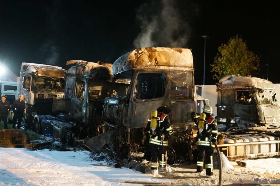 Explosionen, halbe Million Schaden: Lastwagen brennen lichterloh!