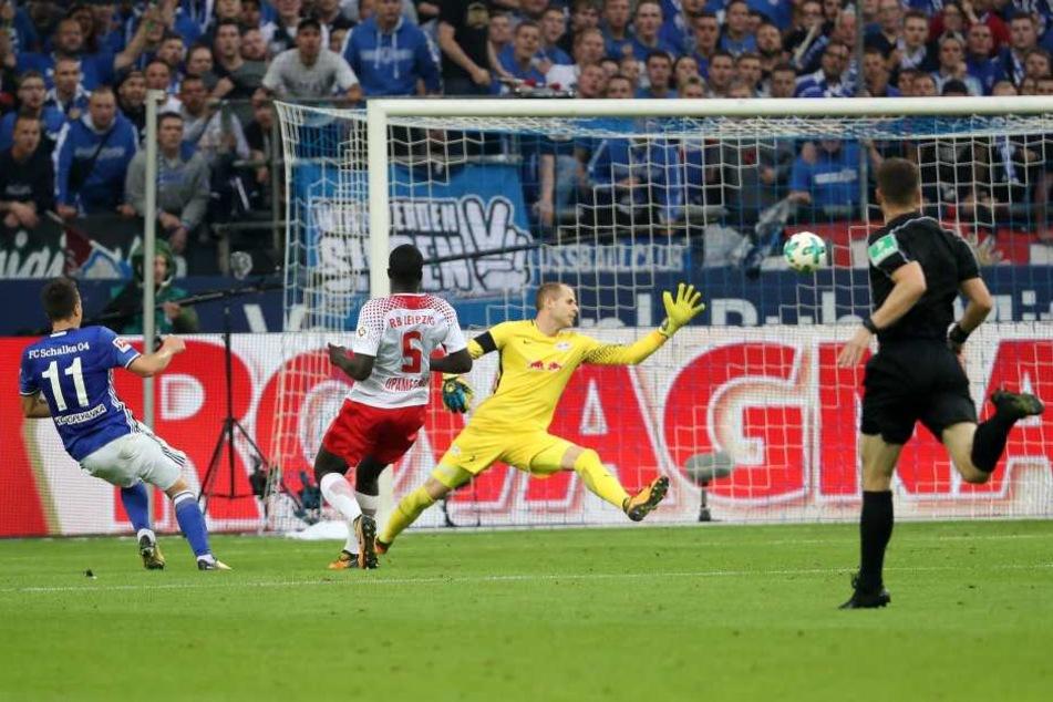 Das 0:2! RB-Keeper Peter Gulacsi schaut frustriert dem Schlenzerball von Jewgeni Konopljanka (l.) hinterher.