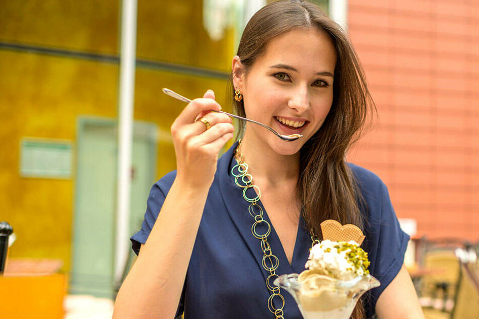 Mmmh, ist das lecker! TAG24-Reporterin Isabel Möller (22) probierte in den Wenzel Prager Bierstuben das hausgemachte Italo-Eis von Terence Hill.