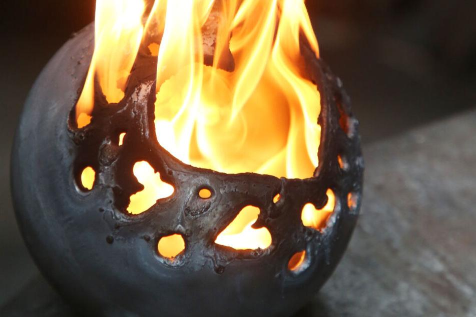 Herzerwärmend: In den metallenen Kugeln lassen sich Wachsreste prima verfeuern.