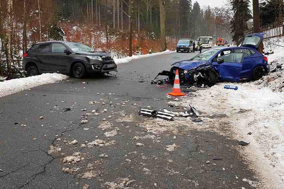 Schwerer Frontalcrash im Erzgebirge: Fünf Verletzte