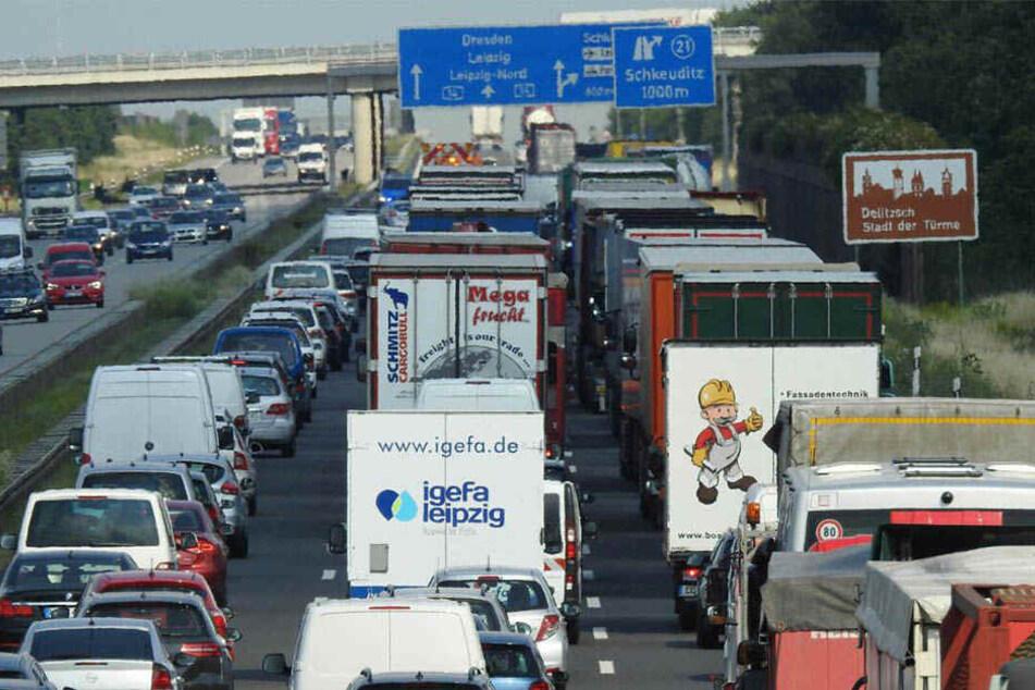 An der A14-Anschlussstelle Schkeuditz bildete sich ein kilometerlanger Stau. Der Verkehr wird aktuell über den Standstreifen vorbeigeleitet.