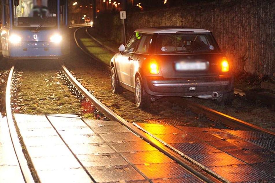 Ein Mann hat sich mit seinem Auto im Gleisbett festgefahren. (Symbolbild)