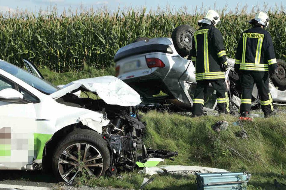 Der Citroen blieb im Straßengraben auf dem Dach liegen. Der Fahrer wurde schwer verletzt.