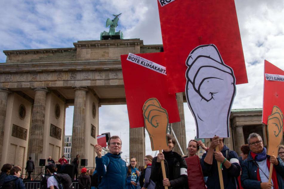 Während Politiker verhandeln, demonstrieren Tausende vor dem Brandenburger Tor.