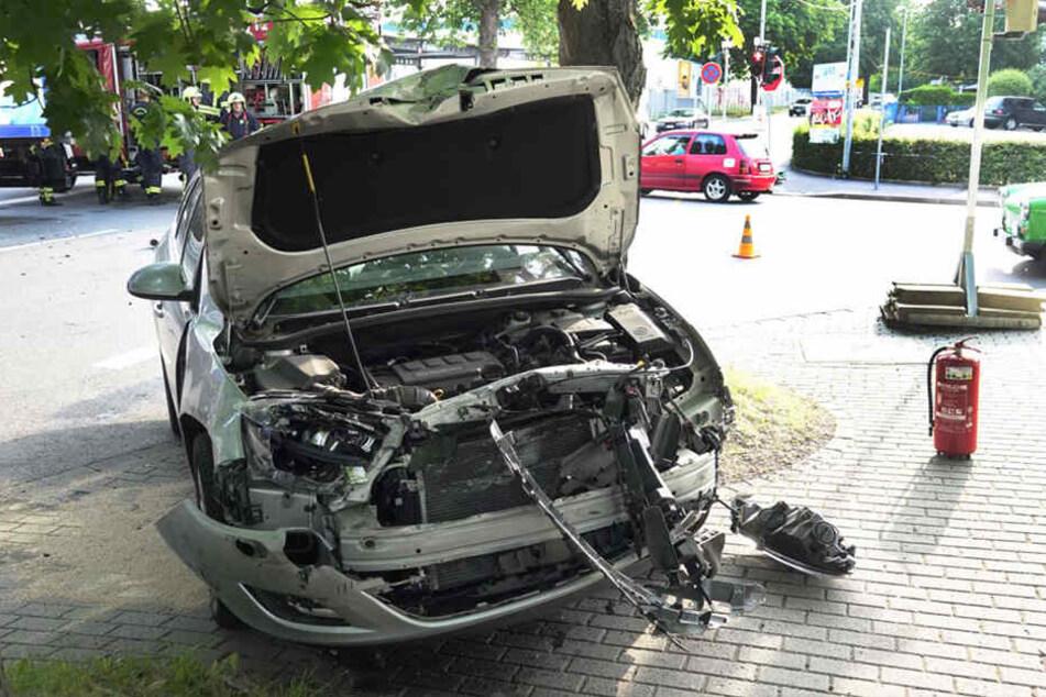 Ein Blick auf die zerstörte Front des Autos. Der Opel wurde bei dem Unfall stark beschädigt.
