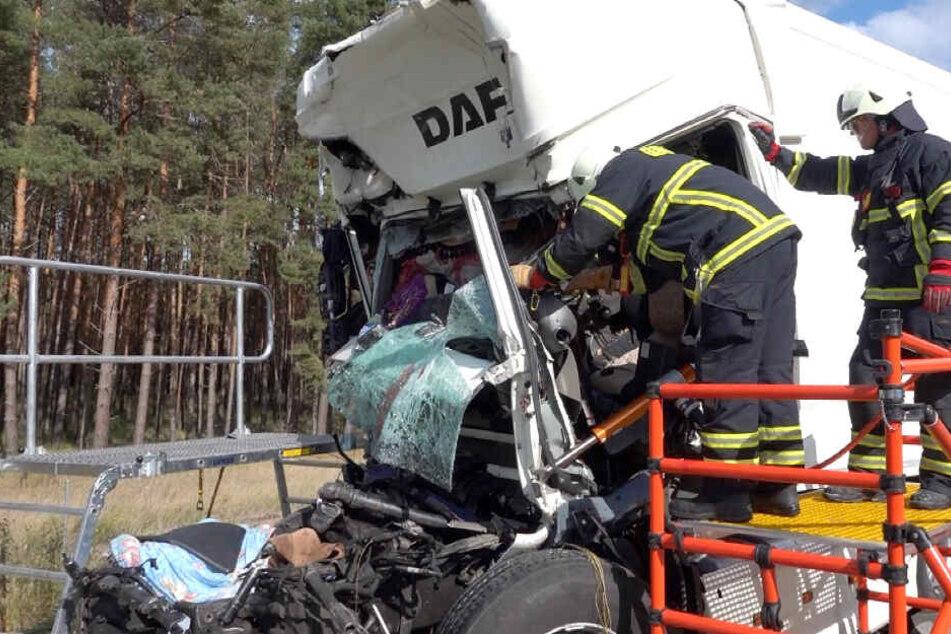 Todes-Drama auf A2! Lastwagen kracht in Stauende, zwei Männer sterben