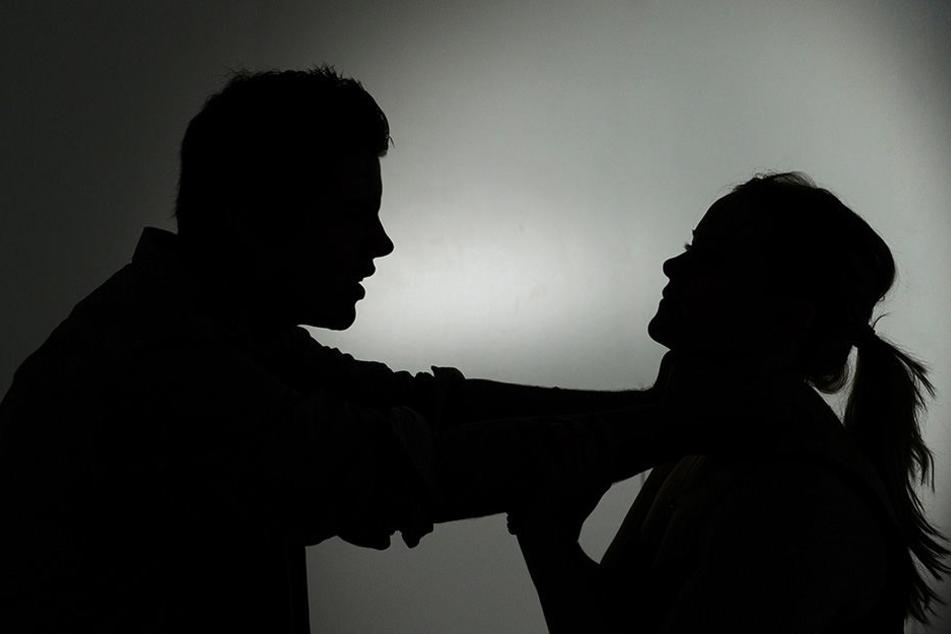 In dem Besucherraum soll der 35-jährige Mann aggressiv gegenüber seiner Frau geworden sein. (Symbolbild)