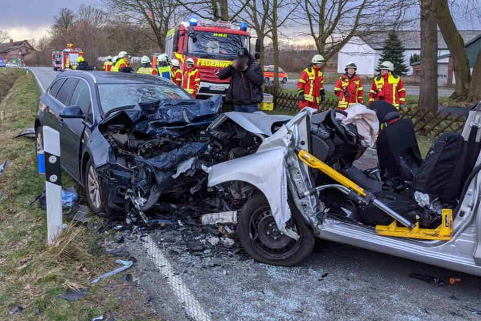 Die Autos krachten frontal ineinander und wurden stark beschädigt.